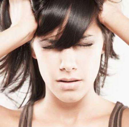 головная боль напряжения девушка